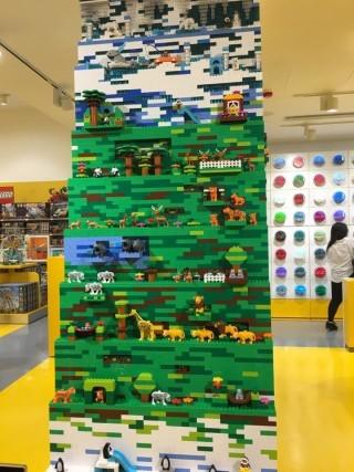 正門左方有3米高的DUPLO積木動物柱,以2萬粒積木花了3日時間砌成。