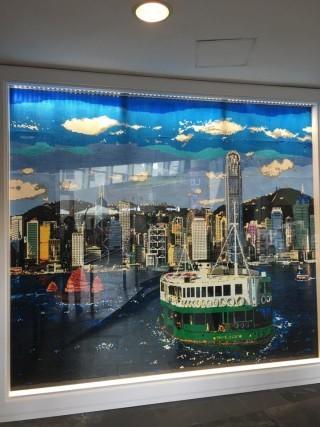 門口掛有一幅9.9呎x11.2呎的馬賽克畫,以10萬顆LEGO拼出維港景色,為現時全港最大的馬賽克畫。