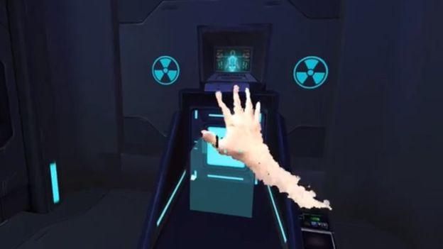 在融合實境 (MR) 技術下,真實世界的手不單可以出現在虛擬空間,還可以用手來直接操控虛擬物件。