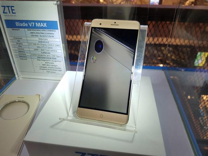 同場亦有展出其他ZTE手機,其中Blade V7 MAX以大芒為賣點。