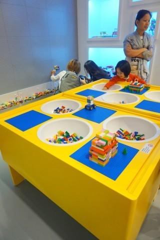 專門店右邊設有小童Play Table,以及2米 x 3 米的創作牆,畀小朋友發揮創意。