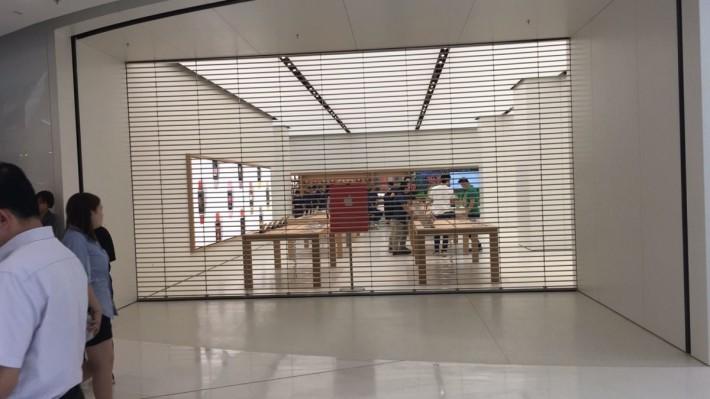 面向 Apple Store最左方的入口處。
