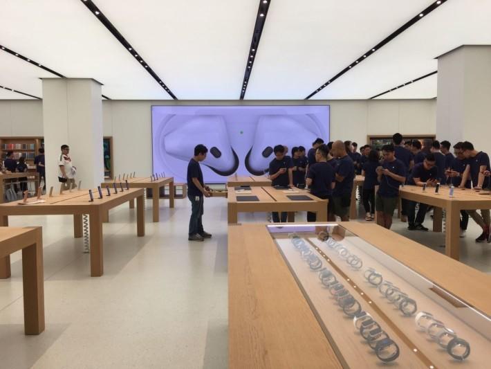 正門近入口位置主要展出 Apple Watch,估計好處是聚集人數會較少,唔會塞死門口。
