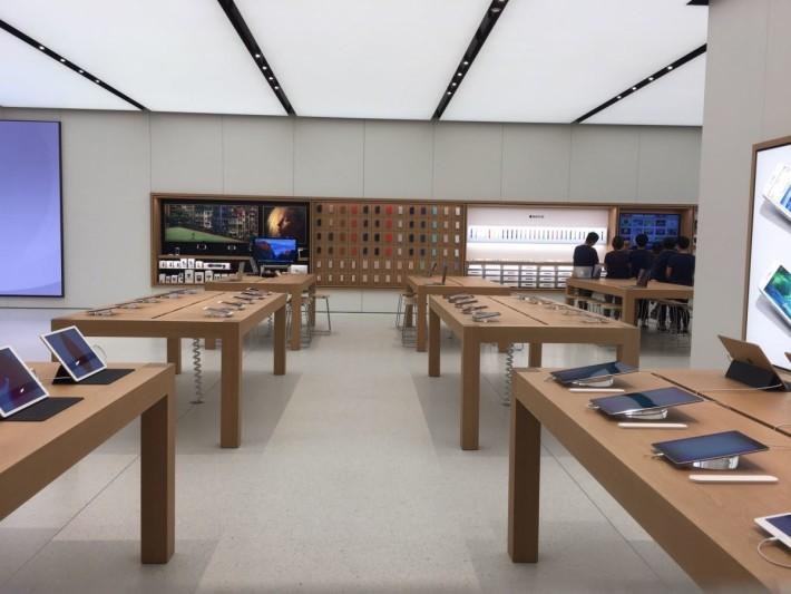 面向正門最右方放有 iPad Pro ,後區應為服務區域。