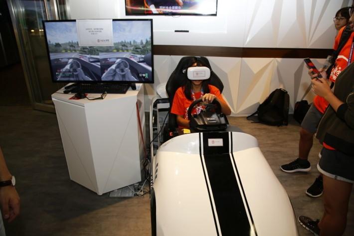 數碼港內有多項先進設施, 圖中是使用VR模擬駕駛。