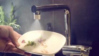 霧化水柱可以輕易沖走碗碟殘渣。