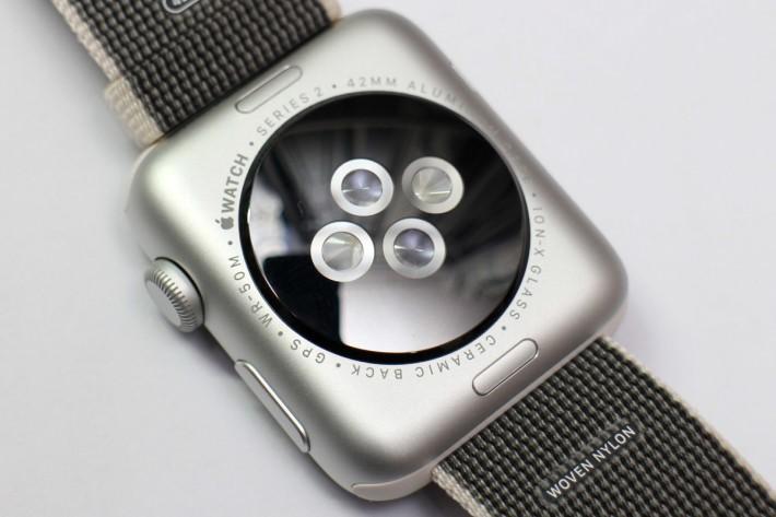 繼續內置光學式心率感應器,亦可看見表身刻上 50米防水字樣。