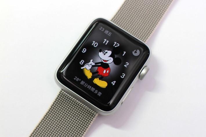 外貌一樣,大小一樣,但Apple Watch series2 的屏幕亮度高達1,000 nits,在猛太陽下都可清楚觀看到屏幕內容。