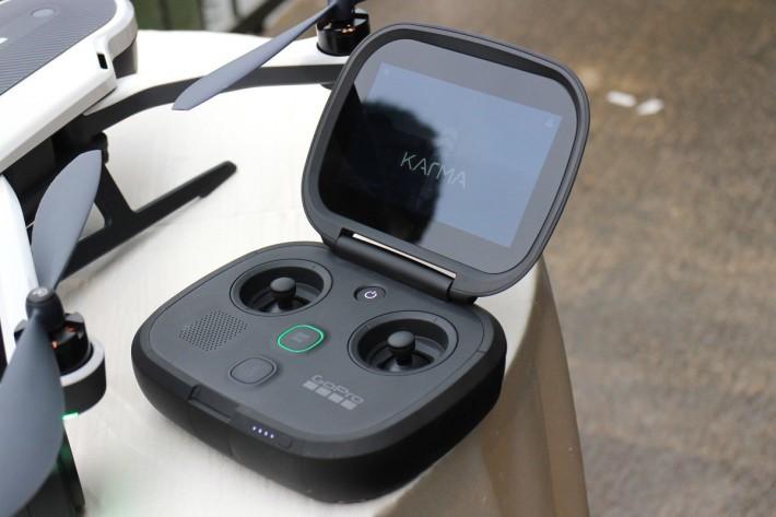 專用控制器Karma Controller,外形似足Gamepad,官方更話操作感覺似打機,令無人機操控變得更易上手。