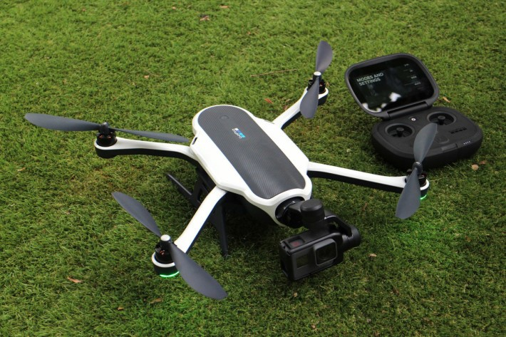 Karma由無人機、三軸穩定雲台及穩定雲台手柄「三為一體」而成。