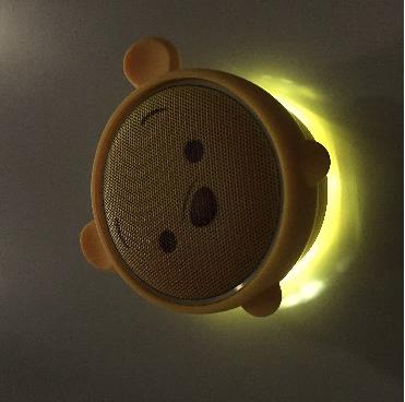 小熊維尼造型喇叭配備了黃色 LED 燈。