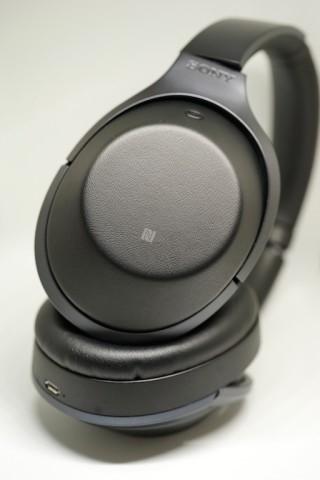 ・左邊耳罩有 NFC 感應位置。