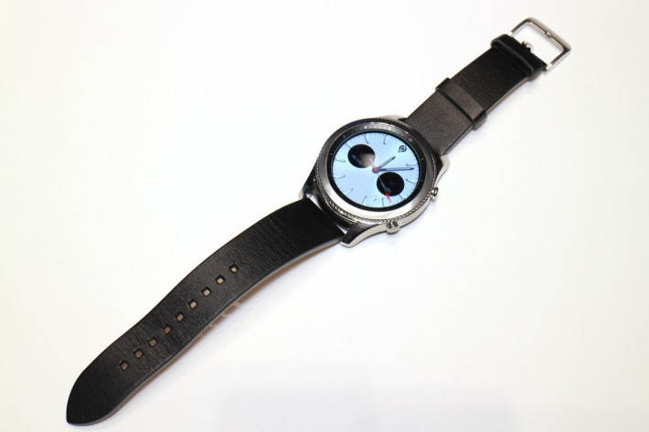 Gear S3 Classic就用上真皮表帶,而表冠的「狗牙」較密,加上閃銀效果,斯文感覺強。