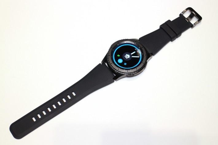 Gear S3 Frontier,表冠有刻度,配合橡膠表帶,感覺粗獷。
