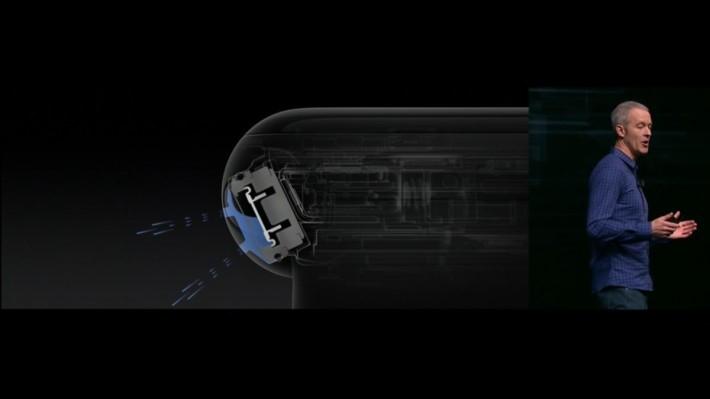 表上揚聲器的防水功能也做足,新設計可令水自行排出。