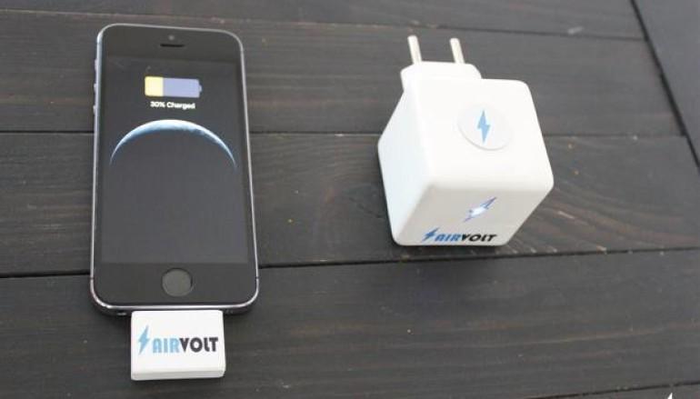 唔使放低電話都可以進行無線充電?!