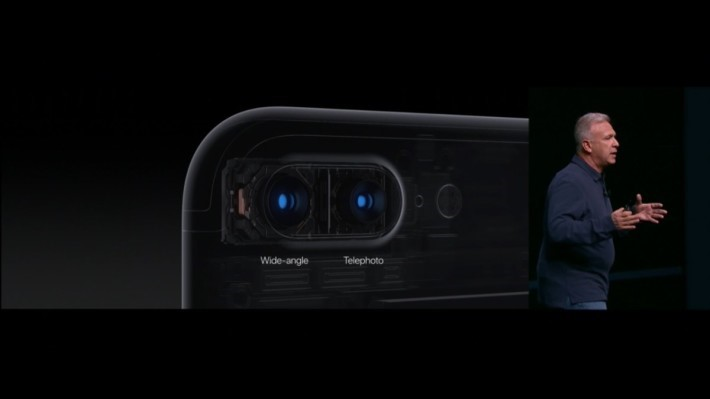 iPhone 7 Plus 上的雙鏡頭原來是以廣角與遠攝配搭而成。廣角為 F1.8 最大光圈而遠攝為 F2.8 最大光圈,兩個相機均有 OIS 功能。