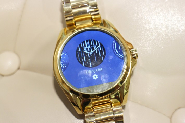 表內可選擇多款Michael Kors獨家顯示錶面,包括運動計時器,或適合出席派對的閃耀鑽石。