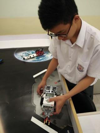 靚中已用LEGO機械人,作為初中電腦科的教材。