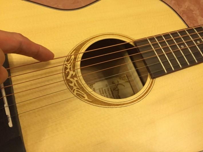 結他上方筆者指著最粗的弦,音調較低;底下最幼的弦,音調較高。