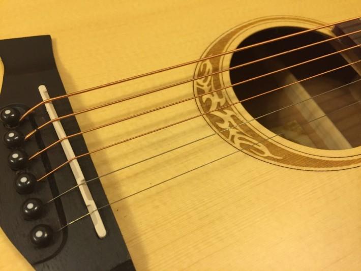 除了弦線粗幼外,彈奏不同的地方,音調也不同,例如結他底部,弦線最短,音調較高,反之效果相反。