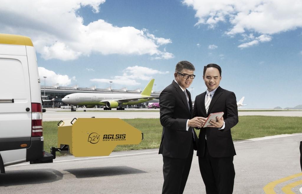湯遠敬(左)及劉德傑表示,初步數據顯示速拍」技術有效提升機場跑道燈的維修保養效率,以及進一步提升 機場的航空安全水平。
