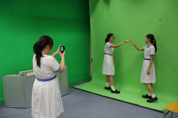 拍攝時,於綠色背景前拍攝,可有利後期加工。