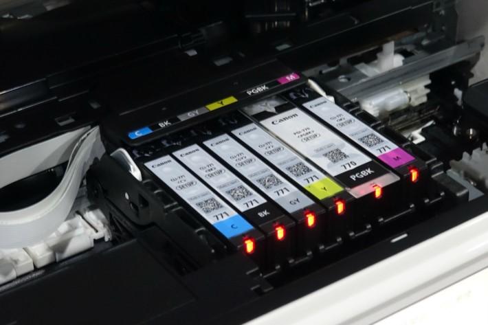 此系列打印機更專門多用灰色墨盒,以便打印多層次的黑白相片。