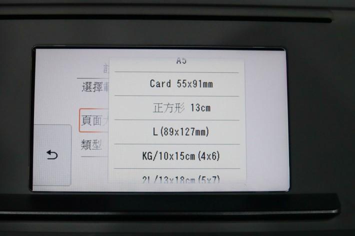 """除了支援 5""""x5"""" 的正方形相紙外,還能打印卡片。"""