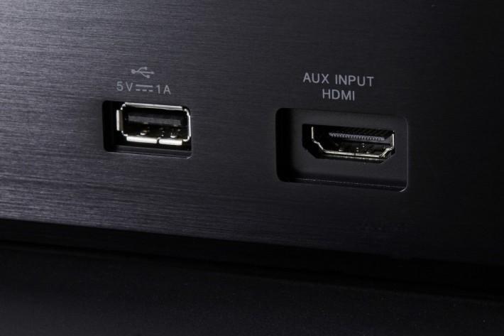 打開機面前蓋設有 USB 插座,可直駁手機或 USB 記憶體播放 DSD 11.2MHz 音樂檔案。