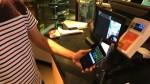交易時只要將手機的 NFC 對住感應式讀卡器,即可完成,過程以秒速搞定。