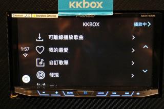 接上 iPhone 後就可利用 CarPlay 功能播放 KKBOX 的歌曲,所有功能都可以使用。