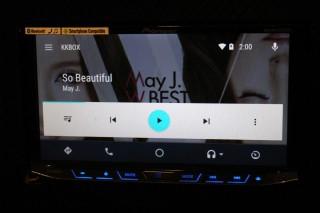 Android Auto 的操作介面,比 CarPlay 的介面時尚得多。