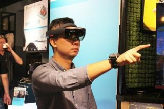 戴上 HoloLens 後,即可「指指點點」般操作 KKBOX,使控制要花點時間去適應。