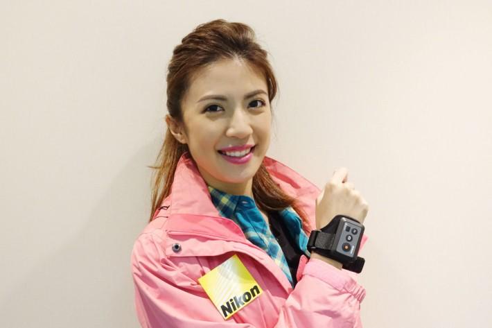 模特兒手腕上的遙控器可用於 KeyMission 360 或 170,方便我們做運動時作遙控拍攝或錄影。