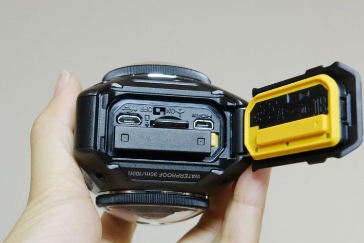 打開電池蓋,除了電池、記憶卡及插槽外,還有飛航模式選擇桿。