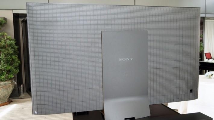 Z9D 背後採用全屏蔽方式處理訊號線,不過要掛牆的話就要放棄。
