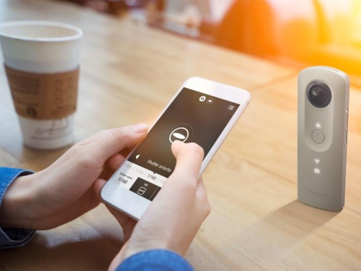 Ricoh Theta SC 仍舊可以 Wi-Fi 連接到手機作遙控拍攝。