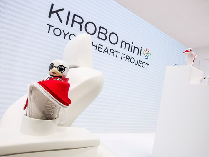 toyota-2015-world-of-toyota-article-news-events-kirobo-mini-gallery-image-04_tcm-11-559774