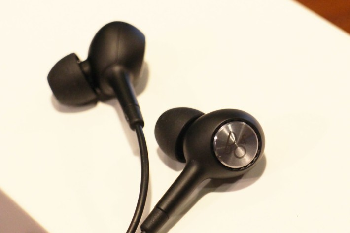 附送的 B&O 入耳式耳機。