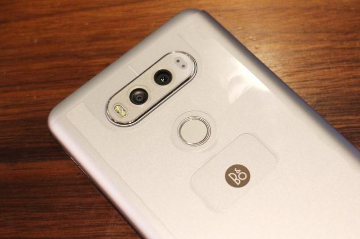 16MP 加 8MP 廣角雙主相機,下方就是整合指紋辨識功能的電源鍵。由於同 B&O 合作,所以亦有 Logo 在機身上。