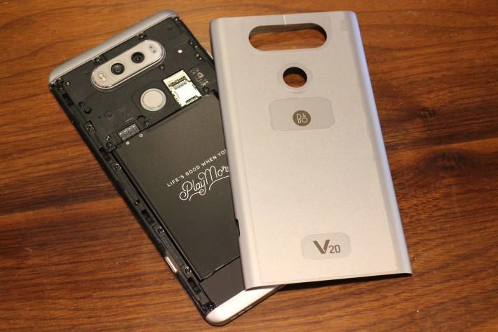可插卡換電是LG旗艦機的招牌設計,而且 V20 比 G5 換電更方便。