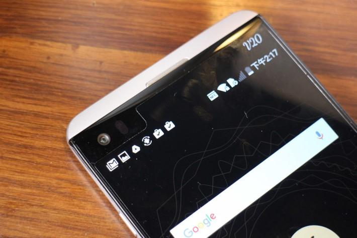 前置 5MP 相機也有廣角功能,而2.1吋副屏幕顯示字體比上代更大。
