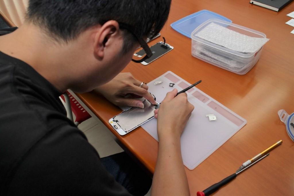 維修師父在客戶面前先檢查問題,然後開始維修,過程約 30 分鐘至 1 小時,視乎故障的複雜程度。