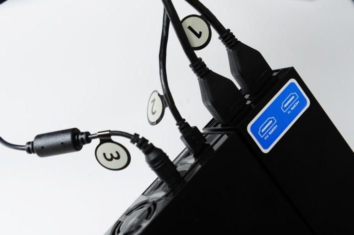 首先按照正常接駁程序,先讓 PSVR 與 PS4 主機進行連接,開機後待 PSVR 出現 畫面,再把原本接駁 PS4 的HDMI 線拔除。