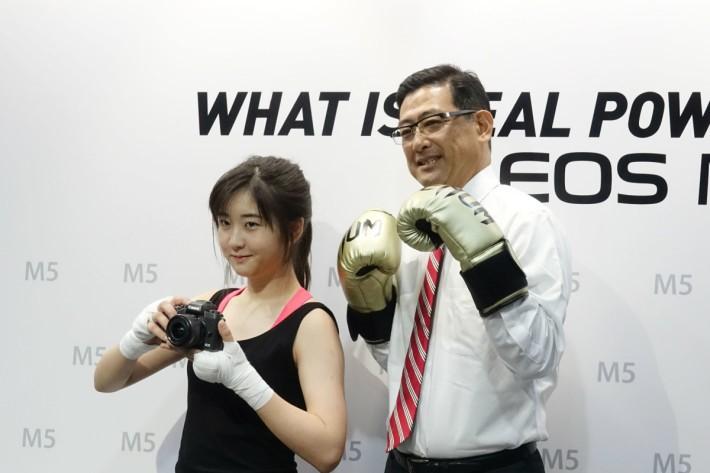 Canon香港董事長及行政總裁守永俊一先生與日本女拳手内藤チサ同場展示M5的快速輕巧機身。