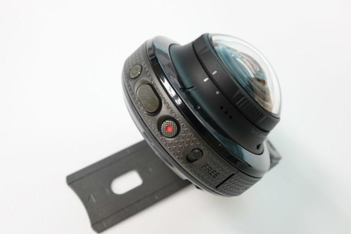 相機旁與前代一樣設有轉動相機的「FREE」撥捍,方便我們把相機以水平或垂直拍攝。