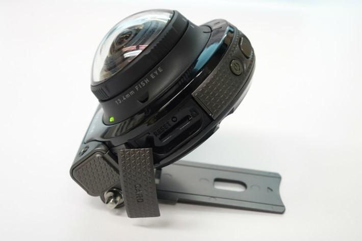 由於插卡位置設於相機內,因此即使兩個鏡頭同時拍攝,影像都會分開兩個鏡頭去記錄。