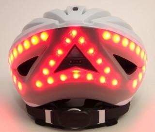 在剎車感應功能開啟時,一旦單車速度驟降,頭盔後面的燈就會全部同時亮著紅燈,提示後方駕駛者。