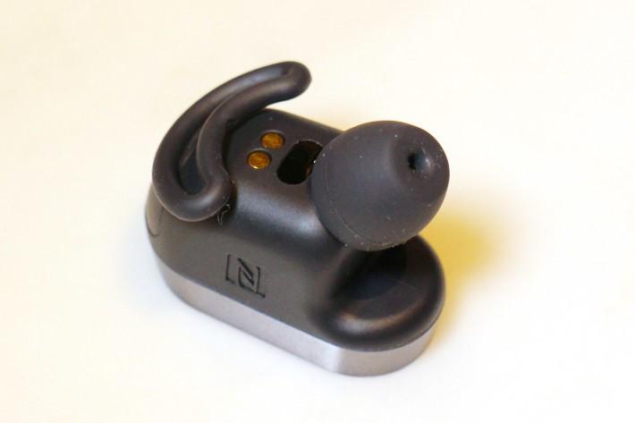 XPERIA Ear 內置多個感應器,可偵測用戶使用狀態,如拿起耳機放進耳中即可接聽電話。